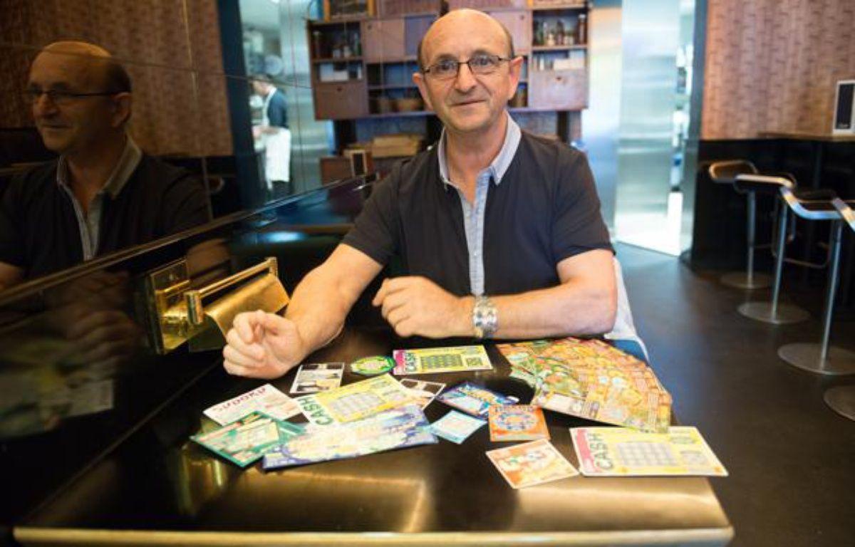 Robert Riblet, qui accuse la Française des Jeux de «manipuler la chance» avec ses jeux de grattage, le 24 mai 2013 à Paris. – Marin Talbot / 20 Minutes