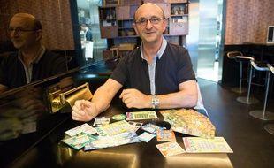 Robert Riblet, qui accuse la Française des Jeux de «manipuler la chance» avec ses jeux de grattage, le 24 mai 2013 à Paris.