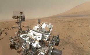 Le robot Curiosity au pied du Mount Sharp, sur Mars.