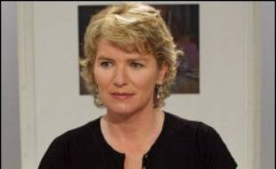 La journaliste Elise Lucet, qui présente le journal de 13H00 sur France 2, a donné naissance jeudi à une fille, prénommée Rose, a annoncé vendredi sa remplaçante au journal de la mi-journée, Françoise Laborde.