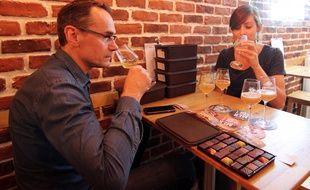 Le chocolatier Laurent Le Daniel déguste une craft beer avec Marie Guinard, responsable du bistroat Maloan.