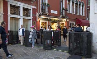 Des portiques ont été mis en place à Venise, le 1er mai 2018, pour juguler l'afflux de touristes.