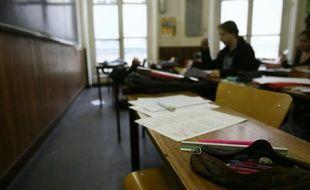 Un lycéen dans une salle de classe