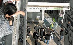 Une personne, qui se trouvait dans cette boutique située dans un quartier juif, a été légèrement blessée mercredi.