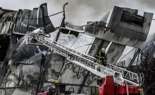 Un incendie a détruit mercredi 10.000 m2 de bâtiments aux abattoirs de Corbas, près de Lyon (Rhône), avant d'être circonscrit en début d'après-midi, a-t-on appris mercredi auprès des pompiers.