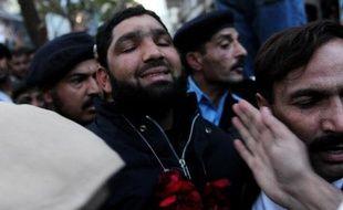 Mumtaz Qadri portant une guirlande de fleurs à sa sortie du tribunal le 5 janvier 2011 à Islamabad