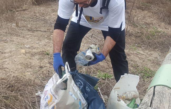 Une centaine de bénévoles a nettoyé les plages du Grand Travers, multipliant les allers-retours pour vider les détritus amoncelés.