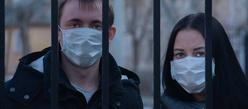 Illustration de personnes avec des masques chirurgicaux.