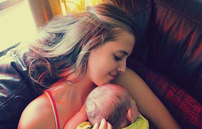 Une mère faisant un câlin avec son bébé.