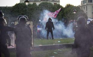 Des manifestants font face aux forces de l'ordre après la dispersion de la «Manif pour tous», le 26 mai 2013, aux Invalides, à Paris.