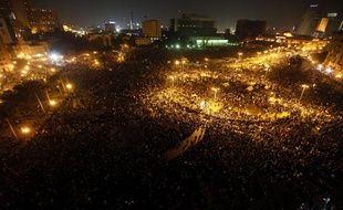Des manifestants continuent de se masser sur la place Tahrir du Caire, en Egypte, le lundi 21 novembre 2011, après l'annonce de la démission du gouvernement intérimaire.