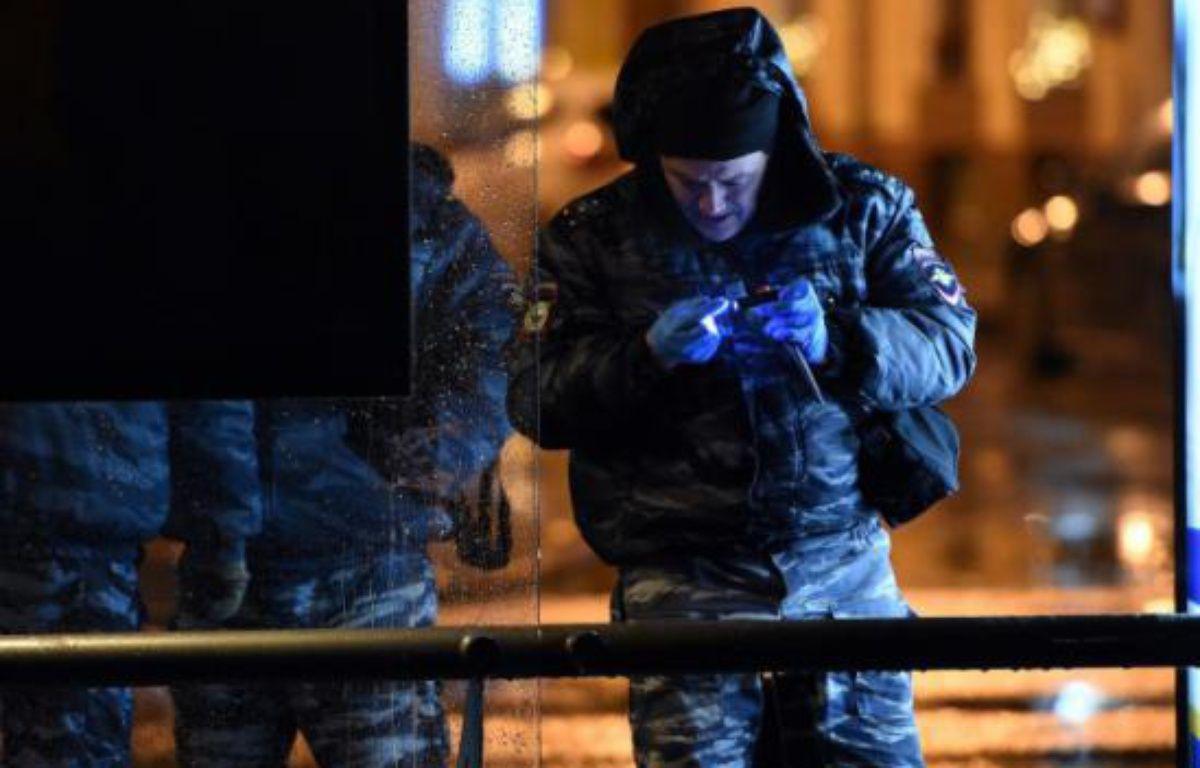 Des policiers russes enquêtent après une explosion dans un bus à Moscou le 7 décembre 2015 – VASILY MAXIMOV AFP