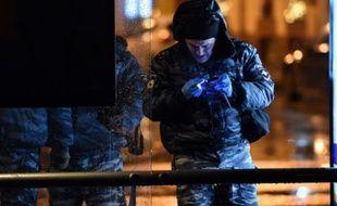 Des policiers russes enquêtent après une explosion dans un bus à Moscou le 7 décembre 2015