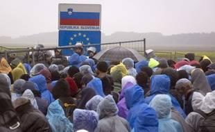 Des migrants à la frontière entre la Croatie et la Slovénie, à Trnovec, en Croatie, le 19 octobre 2015.
