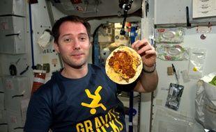 Thomas Pesquet va devoir se réhabituer à manger avec une assiette à l'horizontale.