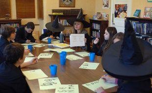 Des jeunes fans d'Harry Potter participent à un atelier en Angleterre.