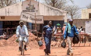 Des voyageurs passent la frontière entre la Gambie et le Sénégal dans le village sénégalais de Keur Ayip le 9 mai 2016