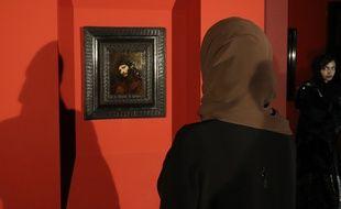 En février 2019, au Louvre Abu Dhabi, une femme observe une œuvre de Vermeer intitulée «Tête de jeune homme, avec les mains jointes: étude de la figure du Christ».