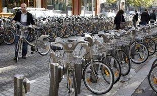 La banlieue attendra un peu pour Vélib ou... risque d'en être privée: l'extension du système de location de vélos en libre-service décidée par le conseil de Paris a été gelée par une décision du tribunal administratif de Paris, rendue publique jeudi.