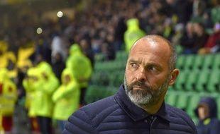 Le coach Pascal Dupraz a la mine des mauvais jours.