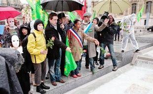 Les manifestants ont déposé des roses devant la préfecture, en mémoire des victimes du tremblement de terre.