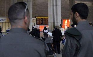 """Quatre militants participant à l'opération """"Bienvenue en Palestine"""" ont été interpellés dimanche matin à leur arrivée en provenance de Paris à l'aéroport Ben Gourion de Tel-Aviv, où la police était déployée en force, a annoncé un porte-parole de la police."""