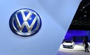 Un visiteur du salon automobile de Los Angeles regarde le concept-car Golf GTE Sport hybride de Volkswagen le 19 novembre 2015
