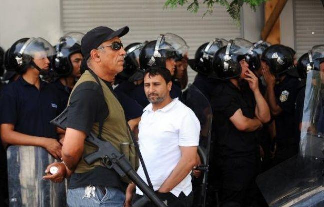 Le gouvernement tunisien a adopté pour la première fois une ligne ferme vis à vis des salafistes, un revirement imposé par les circonstances qui cache mal les faiblesses de l'exécutif et du parti islamiste dominant face à la pression extrémiste, selon des analystes.