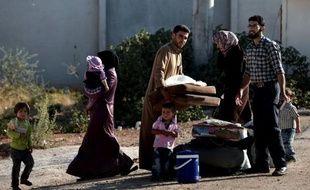 La voiture ralentit soudainement. Dissimulés dans un fossé caillouteux au bord de la route, deux hommes montent dans le véhicule qui file aussitôt en direction de Reyhanli, ville de l'extrême sud-est de la Turquie, frontalière de la Syrie en guerre.