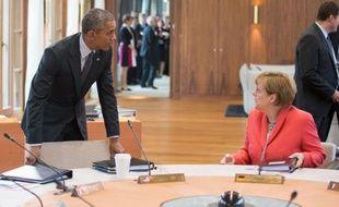 Le président américain Barack Obama (g) s'entretient avec la chancelière allemande Angela Merkel, le 8 juin 2015 au G7 en Allemagne