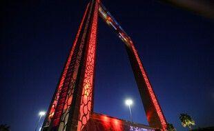Le Dubai Frame coloré en rouge pour soutenir la mission Hope autour de Mars.