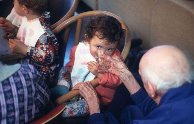 Les personnes âgées autonomes et les enfants peuvent déjeuner ensemble, ici dans une crèche intergénérationnelle à Lyon.
