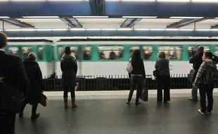 Les premiers trains ont commencé à parcourir les 16,6 km de la ligne entre Château de Vincennes et la Défense, de nuit pour l'instant, tandis que l'aménagement des quais est en cours d'achèvement, après trois ans de travaux.