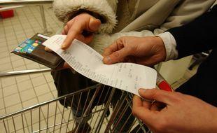 Illustration d'un couple tenant un ticket de caisse de supermarché.