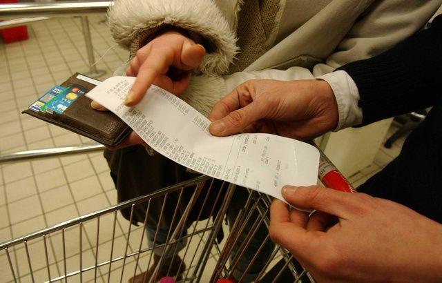 De mèche avec les clients, la caissière scannait et facturait un article sur trois 640x410_illustration-couple-tenant-ticket-caisse-supermarche