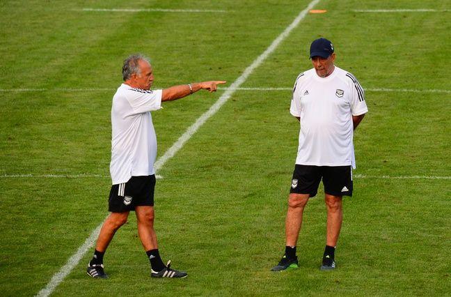 Ghislain Printant dirige les entraînements et Jean-Louis Gasset observe aux Girondins.