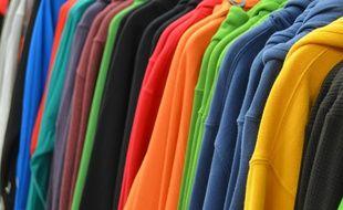 Penderie de sweats dans un magasin de vêtements. Illustration.