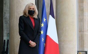 Brigitte Macron sur le perron de l'Elysée.