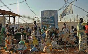 Des civils réfugiés sur une base de l'Onu le 20 décembre 2013 à Juba