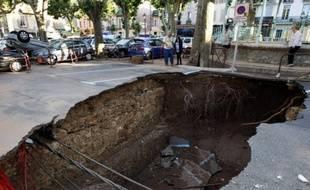 Un trou s'est creusé au centre ville des Arcs sur Argens après les fortes innodantions qui ont sévi dans le Var.
