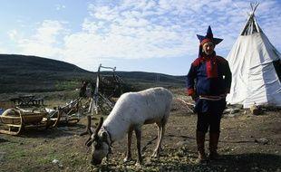 Un Sami norvégien, en compagnie de son renne.