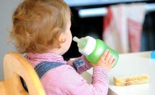 Illustration d'un enfant avec un biberon.
