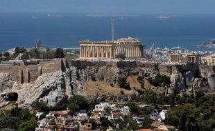 """Le gouvernement grec a annoncé mardi """"la fusion et la suppression"""" d'une vingtaine d'organismes publics dans une tentative de réduire les dépenses publiques, comme l'exigent les créanciers, UE et FMI."""