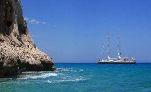 Photographie, prise en juillet 2014, transmise le 21 août 2014, de la goélette océanographique Tara au large des côtes de Sardaigne en Méditerranée