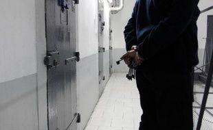 Un gardien de prison devant une cellule