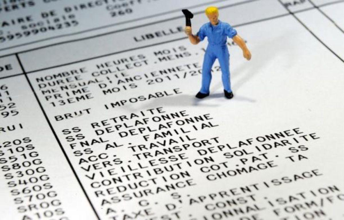 """Le salaire minimum augmentera de 3 centimes l'heure au 1er janvier à 9,43 euros (+0,3%), soit 1430,22 euros bruts mensuels pour 35 heures, et ses critères vont être revus pour """"garantir le pouvoir d'achat"""" de ses bénéficiaires, a annoncé lundi le ministère du Travail. – Philippe Huguen afp.com"""