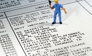 """Le salaire minimum augmentera de 3 centimes l'heure au 1er janvier à 9,43 euros (+0,3%), soit 1430,22 euros bruts mensuels pour 35 heures, et ses critères vont être revus pour """"garantir le pouvoir d'achat"""" de ses bénéficiaires, a annoncé lundi le ministère du Travail."""