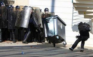Affrontement entre la police anti-émeutes et des manifestants devant le siège régional du Medef à Caen, le 12 octobre 2010