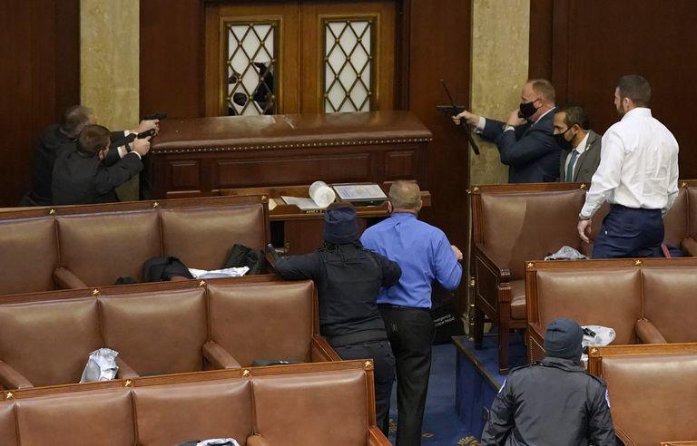 Elections aux Etats-Unis EN DIRECT : Les policiers du Capitole dégainent leur arme pour protéger la Chambre...