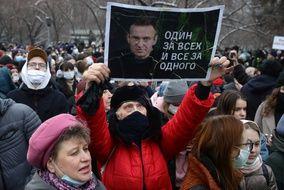 Une manifestante tient un portrait d'Alexei Navalny signifiant